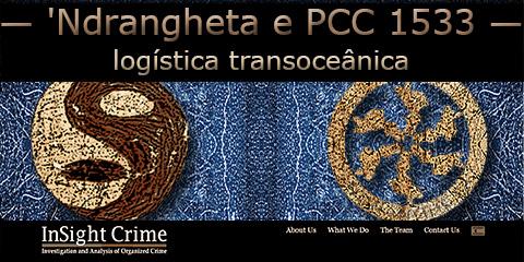 Sobre um fundo azul o símbolo das duas organizações criminosas: Primeiro Comando da Capital e 'Ndrangheta