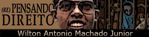 Foto do pesquisador Wilton Antonio Machado Junior tendo ao fundo uma carceragem superlotada.