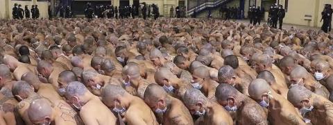 foto de presos em cárcere em El Salvador